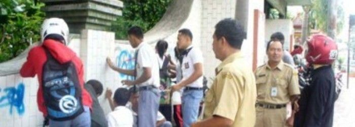 Sebanyak 10 orang siswa dari OSIS SMK Ganesha Tama dan SMK Muhammadiyah 4 mengadakan kerja bakti membersihkan coretan di dinding bagian depan Taman Sono Kridanggo dan BPD Boyolali.